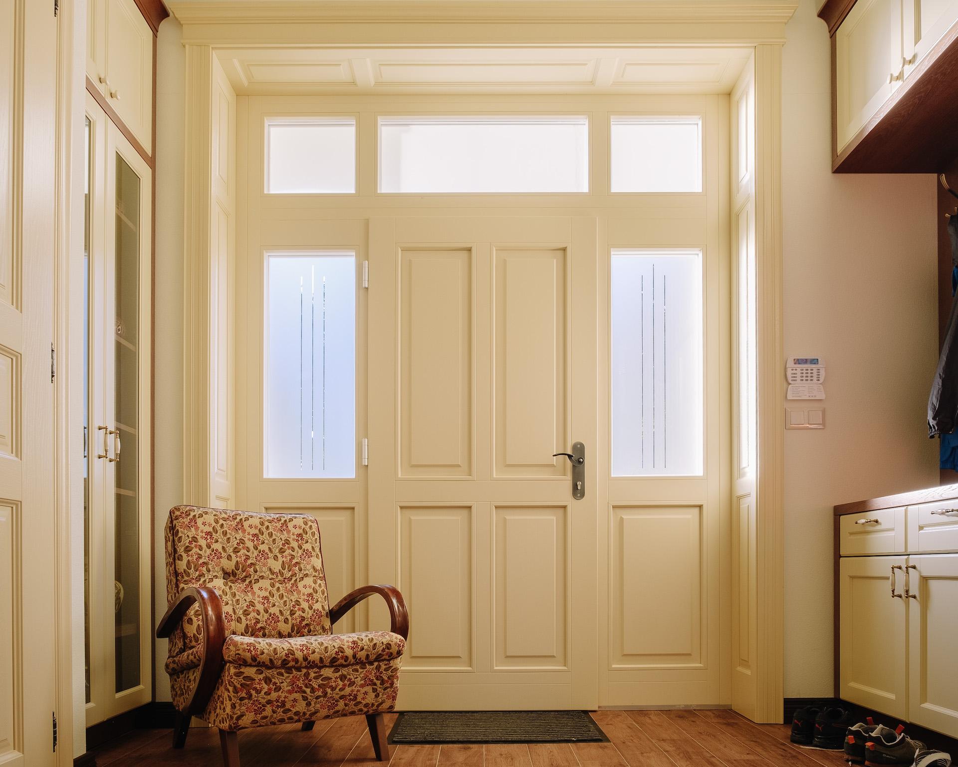 Vchodové dvere drevené v kaštieľskom štýle s obloženiami