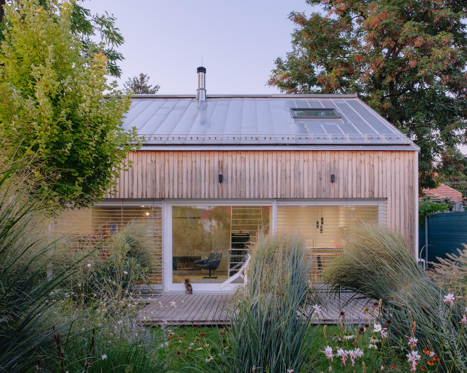 Moderný dom s dreveným HS portálom