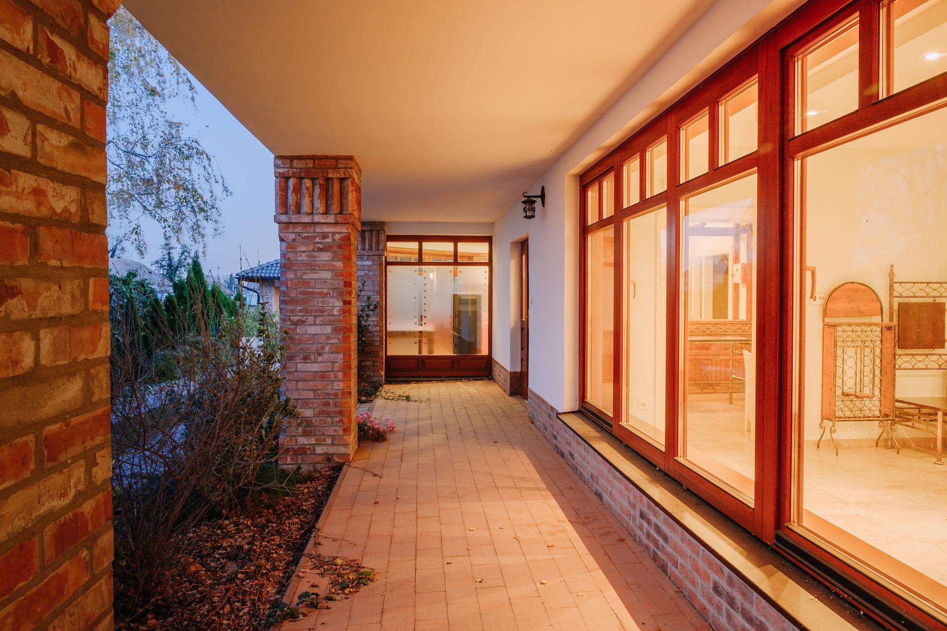 Atypické drevené okná z materiálu meranty vo vidieckom štýle